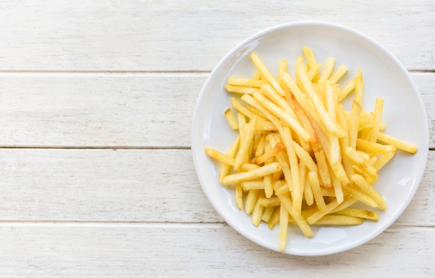 Gustose patatine fritte per cibo o merenda. patate fritte fresche sugli ingredienti casalinghi del menu italiano delizioso bianco del piatto