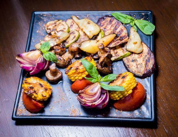 Gustose verdure grigliate sul piatto grande. cibo salutare. ristorante.