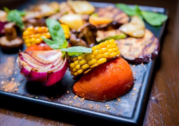 Gustose verdure grigliate sul piatto grande. cibo salutare.