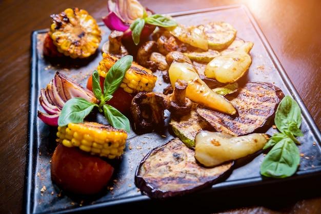 Gustose verdure grigliate sulla teglia
