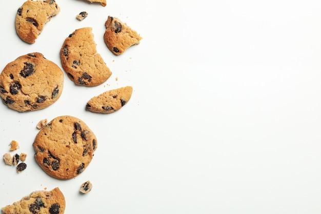 Gustosi biscotti al cioccolato su sfondo bianco, vista dall'alto
