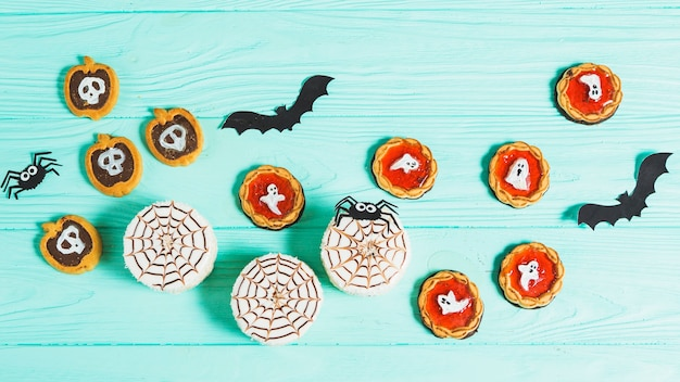 Gustosi biscotti diversi vicino a decorare ragni e pipistrelli