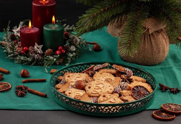 Gustosi biscotti fatti in casa di natale nel piatto verde.