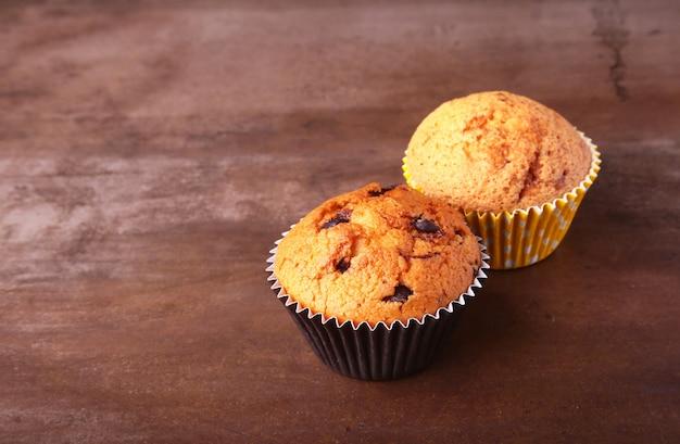 Gustosi cupcakes al cioccolato, muffin su un tavolo di legno bianco