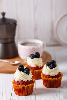 Gustosi cupcakes di velluto rosso.