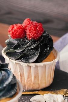 Gustosi cupcakes su un tavolo di legno scuro