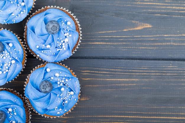 Gustosi cupcakes sul tavolo di legno