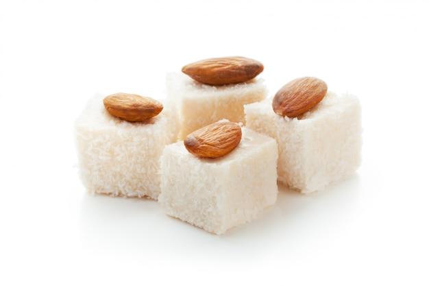 Gustosi dolci orientali isolati su bianco