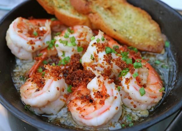 Gustosi gamberi all'aglio in stile spagnolo o gambas al ajillo in una padella calda