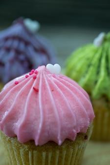 Gustosi mini cupcakes su uno sfondo d'epoca