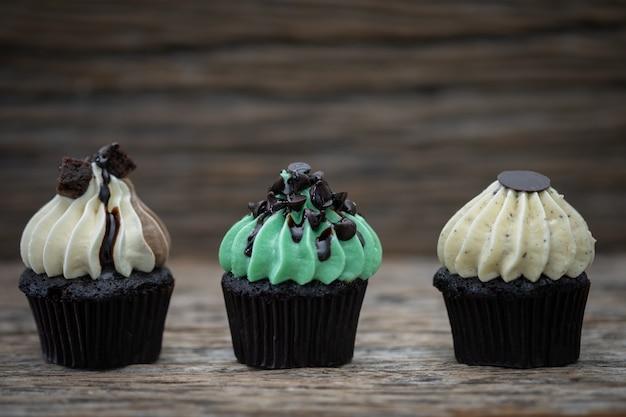 Gustosi mini cupcakes su uno sfondo vintage, dolce dessert per natale,