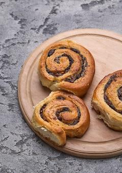 Gustosi panini con uvetta su un tavolo di cemento grigio. panetteria fresca. colazione. pane. vista dall'alto