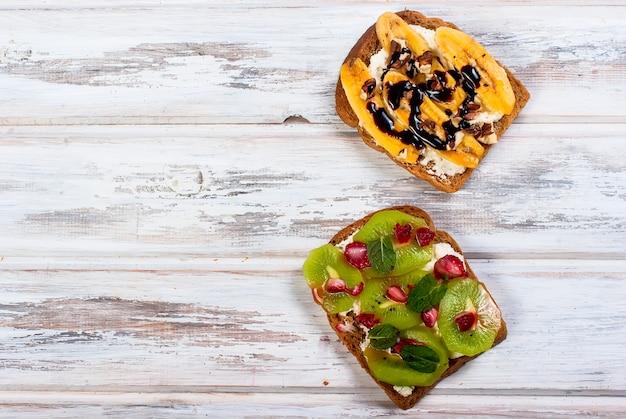 Gustosi panini dolci con banane, noci e cioccolato, sul tavolo di legno