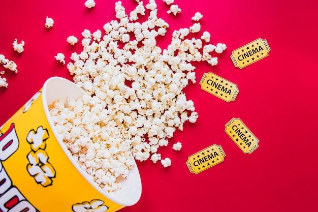 Gustosi popcorn su rosso