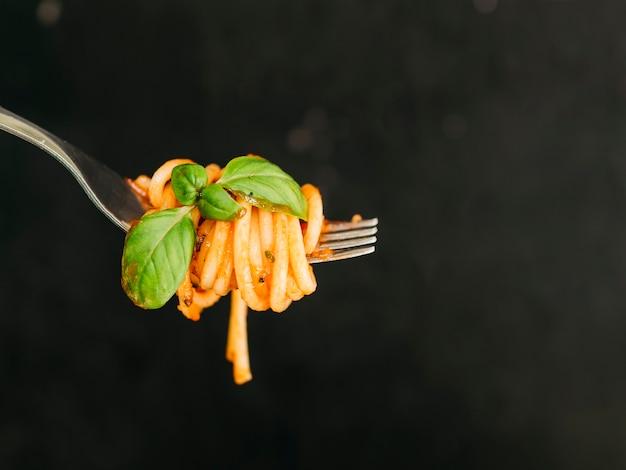 Gustosi spaghetti avvolti attorno alla forchetta