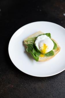 Gustosi spinaci sandwich all'uovo in camicia