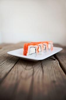 Gustosi sushi con le bacchette, frutti di mare tradizionali del giappone