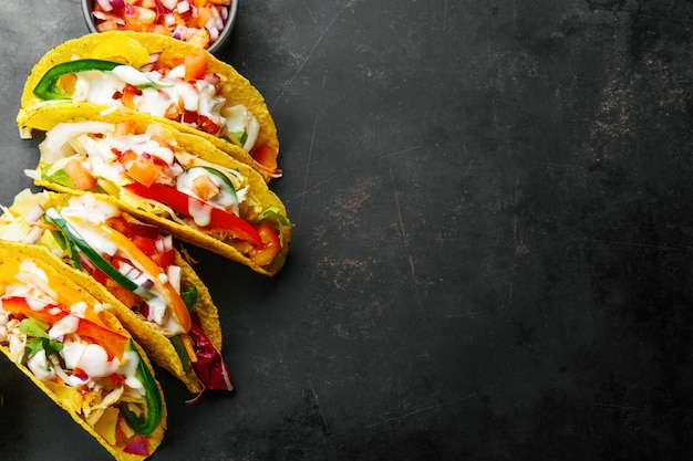 Gustosi tacos appetitosi con verdure