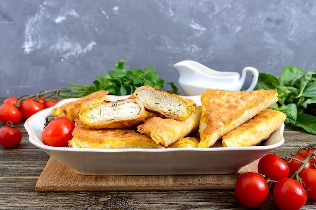 Gustosi tortini di sfoglia fritti su un tavolo di legno