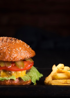 Gustoso cheeseburger con patatine fritte