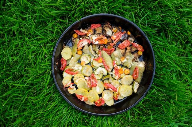 Gustoso cibo estivo. verdure arrostite: zucchine, peperoni, carote e patate.