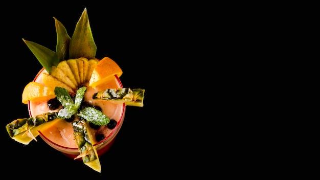 Gustoso cocktail tropicale copia spazio
