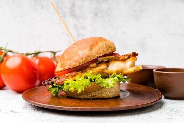 Gustoso hamburger accanto ai pomodori