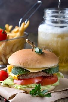 Gustoso hamburger alla griglia con gamberi e manzo con lattuga e maionese su pezzi di marrone