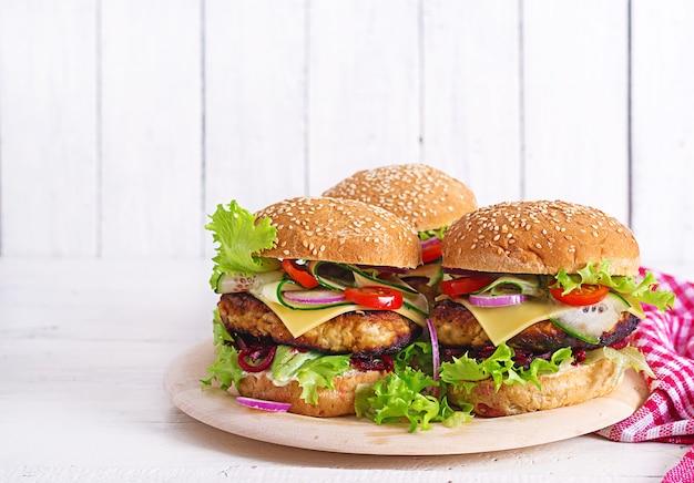 Gustoso hamburger fatto in casa alla griglia con pollo hamburger, pomodoro, formaggio, cetriolo, lattuga e barbabietola.