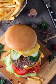 Gustoso hamburger fatto in casa alla griglia