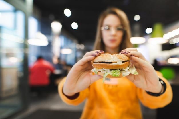 Gustoso hamburger nelle mani di una ragazza