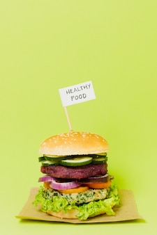 Gustoso hamburger vegano con segno di cibo sano