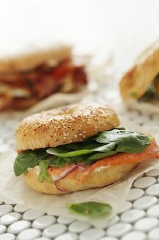Gustoso panino al bagel con pancetta