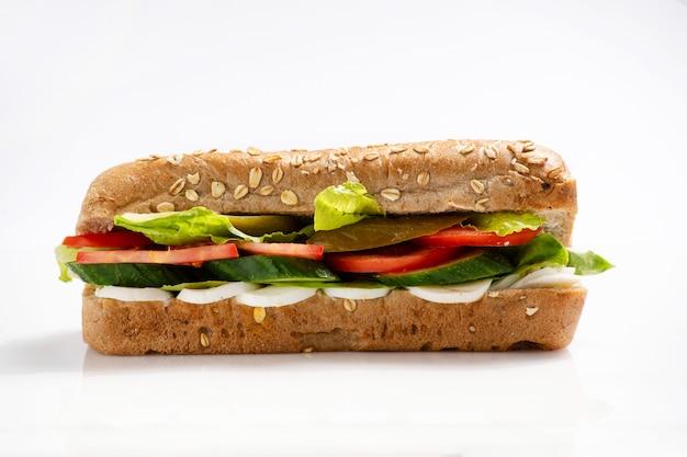 Gustoso panino vegetariano sano con uova e verdure per il pranzo