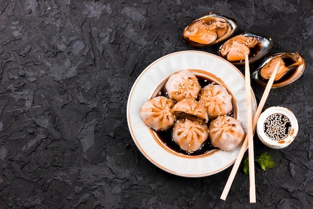 Gustoso piatto di dimsum e ostriche