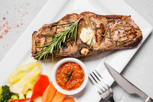 Gustoso piatto di pesce con verdure