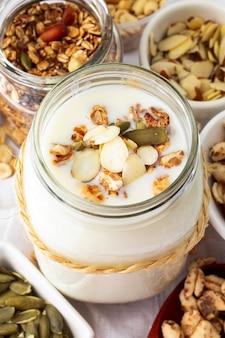 Gustoso vasetto di yogurt ad alto angolo con cereali