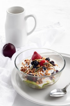 Gustoso yogurt con cereali e frutta