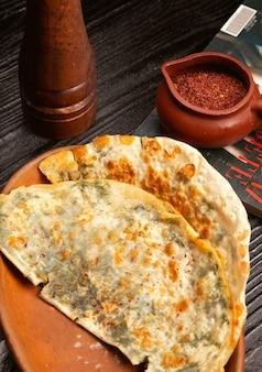 Gutab di verdure a base di carne tradizionale, qutab, gozleme su tavola di legno con sumakh