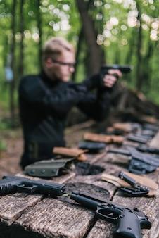 Guy in the woods mette alla prova le sue armi per gli sport di tiro a segno