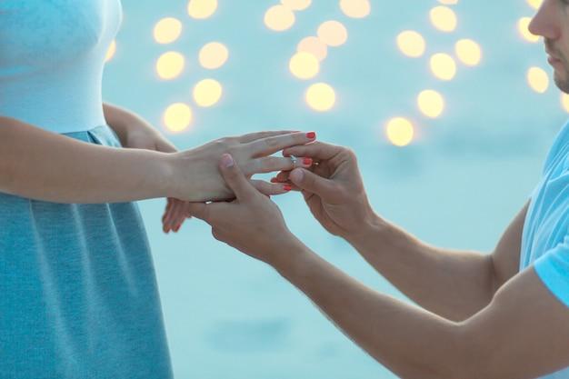 Guy rende la ragazza una proposta di matrimonio la sera nel deserto di sabbia