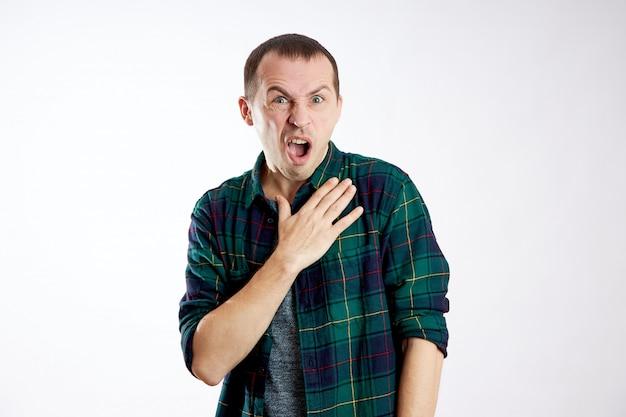 Guy sembra sorpreso, confuso. emozioni inaspettate, stupore e shock uomo