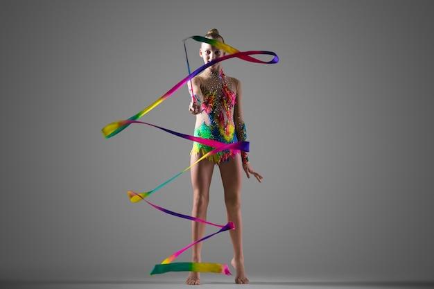 Gymnast ragazza con nastro