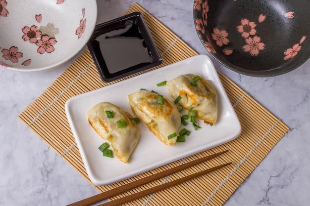 Gyoza è un piatto tradizionale della cucina asiatica con pasta con ripieno di manzo, manzo di maiale o verdure