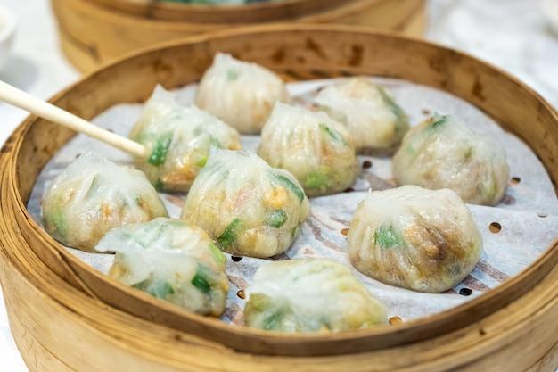 Ha gow foglio di pasta riempito di verdure. dim sum cibo cinese nel vassoio di legno