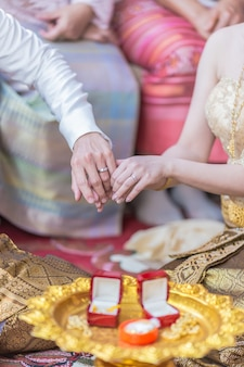 Ha messo l'anello nuziale su di lei nella cerimonia di nozze