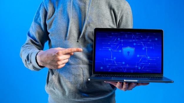 Hacker che presenta il modello di laptop