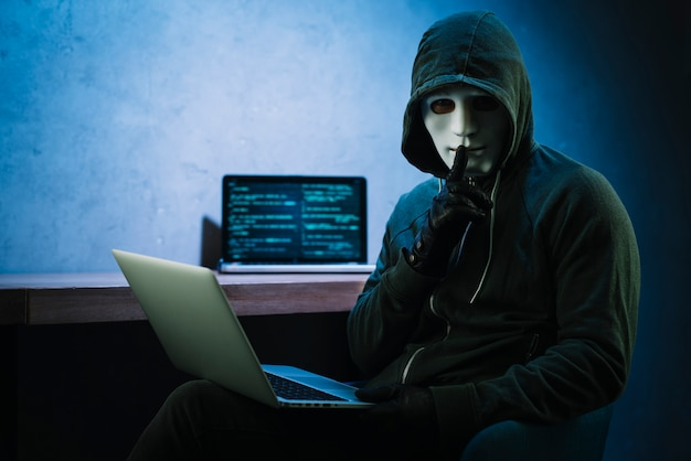 Hacker con laptop