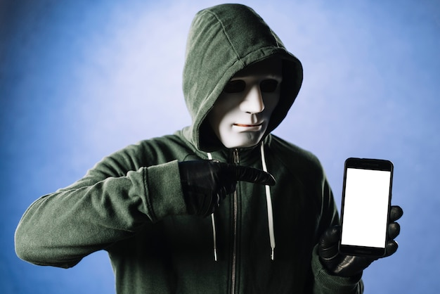 Hacker con modello di smartphone