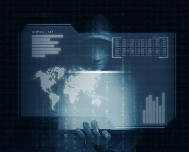 Hacker in felpa con cappuccio nera con laptop con la mano e lo schermo virtuale visualizzano i dati del server, le mappe del mondo, la barra del grafico e il codice binario